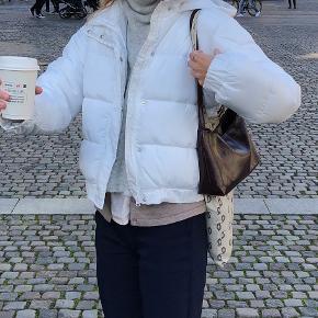 Brugt 2 gange, så fremstår som ny.  Købt på Asos.   Søgeord: Dunjakke Vinterjakke Vinterfrakke Varm  Frakke Dynejakke Puffer jacket
