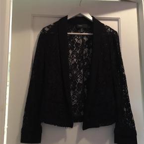 Varetype: blazer Farve: Sort Prisen angivet er inklusiv forsendelse.  sort blonde blazer, kun brugt 2 gange..