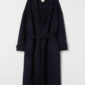 Oversize frakke med bindebånd. Str M. Mørkeblå! Den er brugt 2 gange. Et fejlkøb.