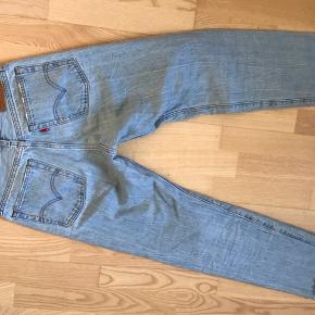 Fede wedgie straight levi's jeans i str. 25W de er blevet brugt nogle gange men der er ingen skader!