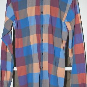 Varetype: Skjorte Farve: multi tern  Utrolig lækker skjorte i den bedste kvalitet bomuld!   Strygefri og unik :-)  Fejler intet!!  Brugbar til de seje røde chinos, jeans eller den vinteragtige grå eller sorte uldbuks.  TAG OGSÅ GERNE ET KIG FORBI MINE ANDRE ANNONCER !!