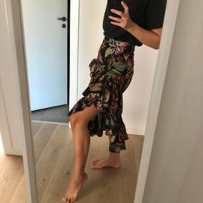 H&M printed wrap frill midi skirt in 100% viscose. Worn twice, in amazing condition. An amazing summer skirt that can easily be worn in winter too. Will fit best size 34-36.   I am sooo reluctant to sell this but I don't wear it enough.