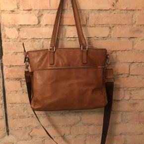 Flot velholdt taske med lidt forbrugs mærker i bunden. Sender gerne flere billeder.
