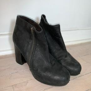 Sælger disse skønne billi bi støvler. De er sorte med en smule shine. Mp 250kr