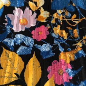 Blomstret skjorte med enkelte sølvtråde og flæser foran - label klippet ud