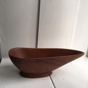 Smuk teak skål.    L: 24 cm, H: 7 cm og D: 9,5 cm