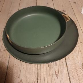 Stentøj i olivengrøn, Aida RAW.   Round dish 42cm dia, 1cm høj - 440 kr Serveringsskål 30cm dia, 6,4cm høj - 220 kr  400 kr samlet  Kan afhentes i KBH N