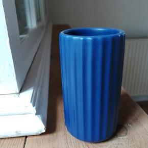 Brand: Lyngby by hilfing Varetype: Vase Størrelse: 9 cm Farve: Blå Prisen angivet er inklusiv forsendelse.