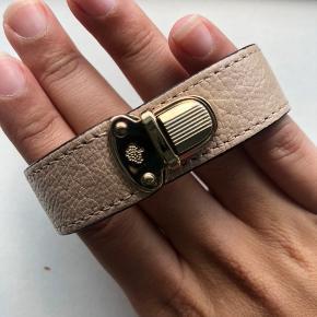 Sælger mit beige mulburry armbånd i størrelse M. Det har kostet 1200 kr i butikken for nogle år siden.