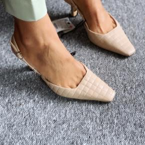 """Super flot padded """"kitten heels"""" i ægte læder 💣💣💣 Str. 38, men passer str. 37‼️  Jeg sender hver dag 📦📦📦"""
