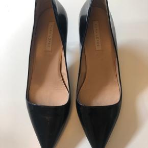 Smukke velholdte Pura Lopez heels med kitten heel. Brugt få gange og fremstår flotte. Kommer i original dustbag og æske.