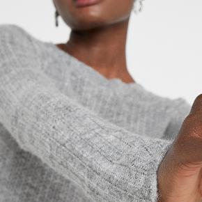 En let sweater i strik er altid god at have ved hånden, når temperaturen begynder at falde. Denne uldblanding har en klassisk silhuet og pasform med karakteristiske ærmer. Den er chic, varm og behagelig til enhver lejlighed. Materiale: 33% alpaka, 32% merinould, 35% polyamid.  Mål str. XXS: bryst 36cm, talje 33cm, længde 60cm, ærmelængde 78cm.