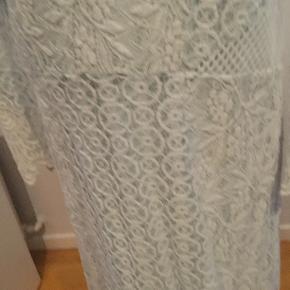 Lækker kjole brugt 2 gange  Butikspris 800 Sælges for 175 plus Porto   100% bomuld i yderkjolen Underkjolen bomuld og polamid  Længde 99 Bryst 2*50