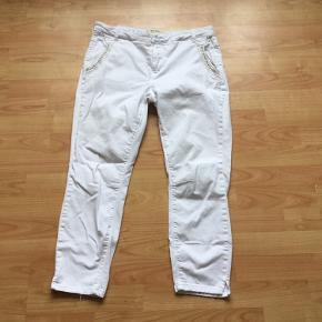 Lækker hvid jeans bukser 👍størrelse 32...ikke ret meget brugt ...pæn stand 👍👍