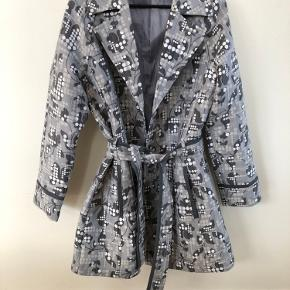 Lækker knælang jakke fra Fransa. Fint bindebånd i taljen. Giver flot figur😄