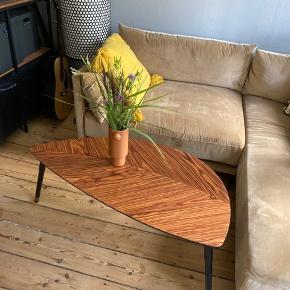 Fineste ovale sofabord. Sælges kun pga pladsmangel. 103 cm i længde og 54 cm det bredeste sted. 42,5 cm i højden. Lidt ridser og skrammer (se billeder), men ikke noget der springer i øjnene. Laminat.