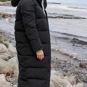 Lækker lang jakke fra Neo Noir i sort.  Ny med mærke. Stor i størrelsen.  Sælges da den desværre er for stor. Normalpris er 1399,-