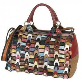 Varetype: weekendtaske Størrelse: Stor Farve: Multi Oprindelig købspris: 1999 kr.  Super flot - brugt to gange        Mål er 45x30x25