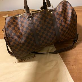 Louis Vuitton Keepall 45  Fremstår som ny.   Har desværre ikke kvitteringen, da jeg har fået den i gave.   Prisen er fast.  Kun seriøse henvendelser tak.