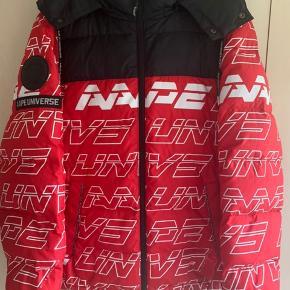 AAPE By A Bathing Ape jakke, sælges da jeg har købt ny jakke, den er brugt i omkring et års tid. Den har en lille smule flaws, dog er de små. Har dsv intet OG på jakken, men står inde for dens autencitet.