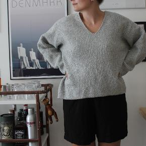 Oversize sweater fra H&M, der ikke kradser.   Sælger billigt, da alt skal væk - BYD endelig.