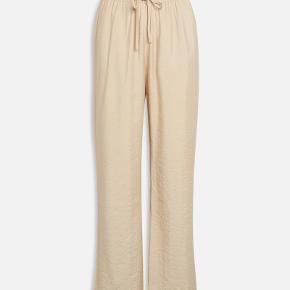 Sisters Point Ella bukser som jeg desværre ikke får brugt.  De har kun været prøvet på. De kan også passes af en small    Køber betaler fragt :)