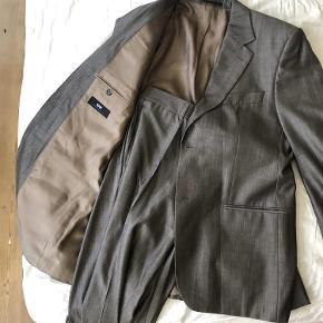 Varetype: jakkesæt Farve: Lysebrun Oprindelig købspris: 6000 kr.