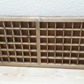 Gammel fransk sættekasse. Mål: 52x27 cm.