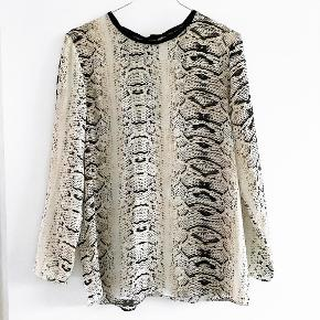 ZARA bluse med fint print   Størrelse: M   Pris: 120 kr   Fragt: 39 kr ( 37 kr ved TS handel )