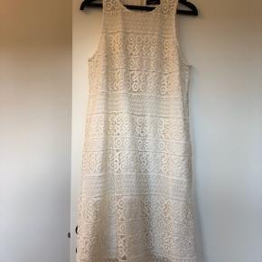 Smuk kjole fra det spanske High end brand Javier Simorra, Barcelona. Brugt få gange.  Har lommer i siderne.  #30dayssellout