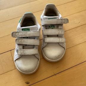 Adidas stan smith sneakers. De bærer tegn på brug, men tænker at en vask vil gøre dem pæne igen.