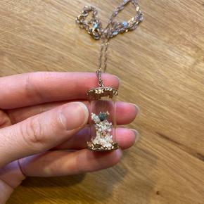 Næsten ny justerbar halskæde med tørrede blomster evighedsblomst i glaskrukke