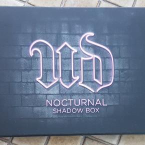 Urban Decay Nocturnal Shadow Box med alle farver intakt. Enkelte farver er brugt 3-5 gange og resten er ubrugt. Den er købt i Australien, og er limited edition. Kan byttes, hvis det er parfume. Køber betaler fragt.