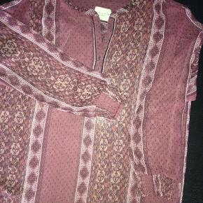 Sød bluse i flot farve i chiffon , vaske anvisning er desværre klippet af.❤️❤️