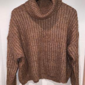 Oversize, højhalset sweater