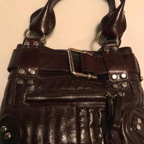 Varetype: Håndtaske Størrelse: 26 Farve: Bordeaux Oprindelig købspris: 3200 kr.  Aubergine, mørkerød læder. Rå og feminin taske.