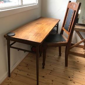 Meget gammel skolebænk, med massivt træ og tungt jernstel med den fedeste patina og plads hænge en taske i hver side, samt ophæng til to stole (passer ikke til den stol der følger med)