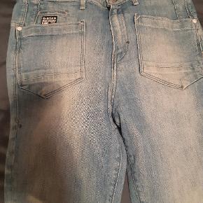 Helt fantastiske jeans, der desværre ikke laves længere... Womens Jeans G-Star Liv Tyler Low loose Tapered Comfort Lenz...High waist. Str 26, men stor i størrelsen ( derfor jeg desværre ikke kan bruge dem ) De er brugte, men uden hverken pletter, megen slid el huller.