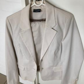 Habitjakke og matchende nederdel i råhvid fra Soaked in Luxury