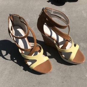 Calvin Klein høje sandaler, str 38. Nypris ca 2500kr Brugt en gang og har et lille slidtegn på højre sko, derfor den lave pris.  Sender på købers regning og bytter ikke 🌸