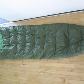 Sælger denne sindsygt lækre og varme sovepose for min bror, da han ikke får den brugt. Har været anvendt af en ikke-ryger og fra et hjem uden husdyr. Har stort set ingen brugsmærker, selvom den har nogen år på bagen. Perfekt til campingturen eller friluftsturen.  Dimensioner: Længde: 215 cm. Bredde: 74 cm (bredeste sted) Købt i Helsport.  Mærke: Thermoguard 100% polyester fiber  Utrolig god kvalitet for pengene.   BETALING: Modtager enten kontanter, mobilepay (på nummeret i min brugerprofil) eller bankoverførsel.  AFHENTNING/FORSENDELSE: Kan afhentes på adresse/by angivet i denne annonce/min profil, eller tilsendes for købers regning.