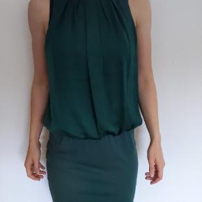 Grøn Vila kjole.  Sælges da den blot hænger i mit skab