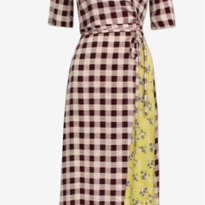 Varetype: Abygail S/S 2019 Farve: Multi Oprindelig købspris: 3600 kr.  Draperet slåom kjole med tilhørende underkjole. Materialet er 96 % silke og 4 % spandex