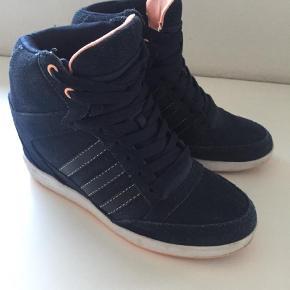 Varetype: Sneakers Farve: Blå Oprindelig købspris: 1000 kr.  Adidas wedge sneakers. Fremstår super fine. Lækre at have på.