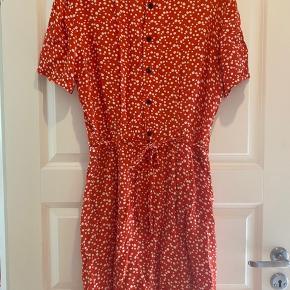 Flot rødorange kjole fra Ganni. Kun brugt et par gange. Er en str XL men lidt lille i størrelsen. Passer mig der er en 40/L.