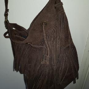 Super fed mørkebrun ruskindstaske fra ZARA. Der er frynser på tasken.