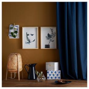 Giver et blødt lys, der gør stemningen i dit hjem varm og hyggelig. Hver lampe er unik, fordi den er fremstillet af bambus med naturlige farvevariationer og håndflettet af dygtige kunsthåndværkere. Da vi udviklede KNIXHULT lampeserien, lod vi dele af bambusplanten, der ellers ville blive kasseret, blive en del af lampernes udtryk – og det betyder, at vi udnytter dobbelt så meget af planten. Pære sælges separat. IKEA anbefaler LED-pære E27, globe, opalhvid.  Helt ny. Skal afhentes på Vesterbro.