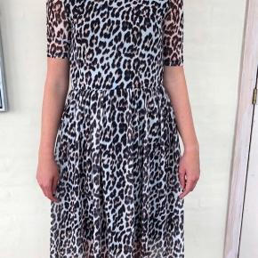 Super fin kjole med leopardprint - så god som ny uden brugsspor💐   #30dayssellout