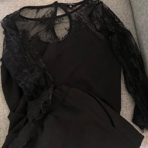 Buksedragt fra mbym i sort med blonde detalje, jeg har aldrig haft den på, men den har været vasket en enkelt gang.