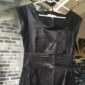 Meget smuk sort kjole fra See by Chloé. Har lynlås i siden.
